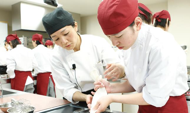 本格的な設備が用意された実習室で製菓のプロ達のお菓子作りを学べます。